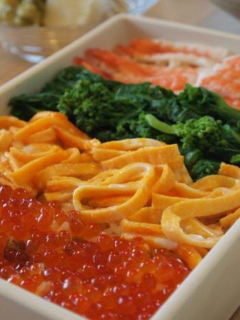 旬の魚介や野菜をぎっしり並べたちらし寿司。 一見手の込んだおもてなし料理のようですが、酢飯に好きな具材をのせるだけなので、実はとってもカンタンです。盛り付け方を工夫して、自分のための華やかな「ごちそう」の一皿に。