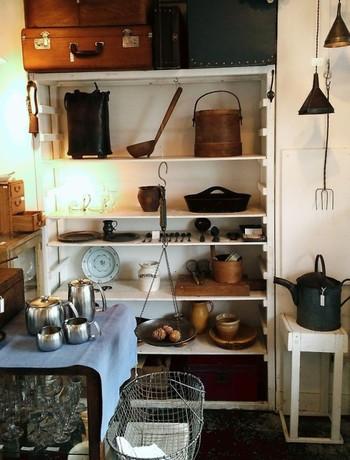 使い道は1つじゃない。居場所も1ヶ所だけに決めなくてもいい。そう教えてくれる古道具に出合えるのが、新宿にあるお店「boil(ボイル)」です。ヨーロッパ各地で直接買い付けてきたという掘り出しものがいろいろ。見た目が味わい深いだけではなく、実際に使えて、毎日の暮らしを楽しめるアイテムがセレクトされています。