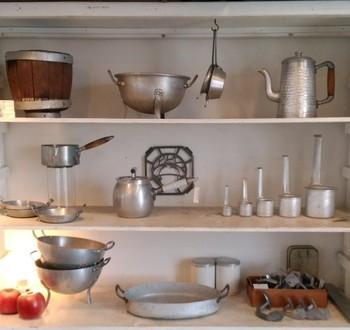 アルミ製のポットや水切り。サイズ違いで並んでいるメジャーカップも、シンプルなのになんとも愛らしい表情です。こんなキッチン用品は、飾っておくだけでステキですね。