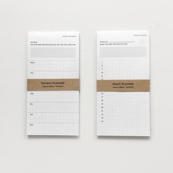 KNOOPWORKS (クノープワークス)より、1枚ずつ剥がして使える「スケジュールメモ」。WEEKLYタイプとDAILYタイプがあります。これなら週単位や日ごとに予定を管理できるので、分厚い手帳を持ち歩かなくても大丈夫。