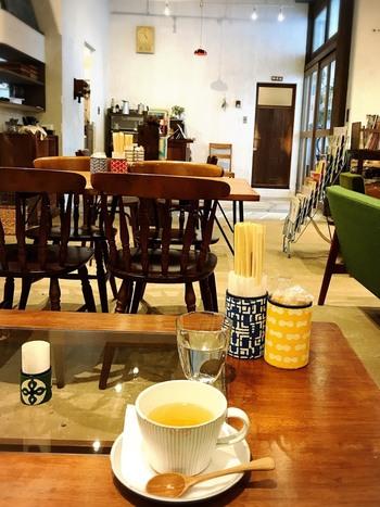 店内にはカフェ(sippo cafe)が併設されていて、買い物の合間にホッとひと息つくことができます。ボリューム満点の体に優しい定食が口コミで評判です。