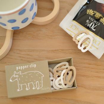 ecomfortより「Papper Clip(パッペルクリップ)」。Papperとはスウェーデン語で『紙』を意味します。100%バージンパルプ製のクリップだから、丈夫で錆びないのも嬉しいですね。書類を綴じたり、お菓子の袋の口を閉じたり、オフィスから自宅用まで幅広くお使いいただけます。