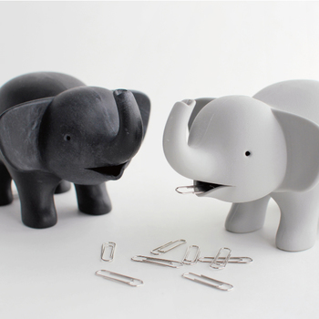 QUALY (クオリー)より、愛らしいゾウさんの「テープディスペンサー」。ゾウさんの口にはクリップを収納でき、ひっくり返すとお腹からテープが出てくるという構造です。
