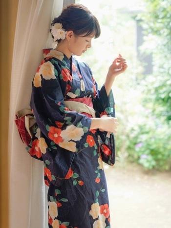 まずは、古くから愛され、日本の伝統文化と深い関わりがある「椿」。江戸時代から武将たちに好まれていたといい、18世紀に日本からヨーロッパに伝わった後、19世紀後半にはオペラ「椿姫」によってヨーロッパでも椿ブームが巻き起こったとか。 大輪の花を咲かせ、可憐な華やかさと古風な美しさがあります。花言葉は、赤色の椿が「控えめな優しさ」、白色の椿が「完全な愛らしさ」。