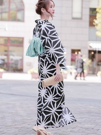 レトロモダンに着こなせるのが「麻の葉」。男女共に古くから浴衣のデザインとして親しまれている古典柄です。シンプルでいて個性的。凛としたクールな魅力があります。 帯のカラーを変えることで違った印象を作ることができるので、さまざまなコーディネートを楽しめます。