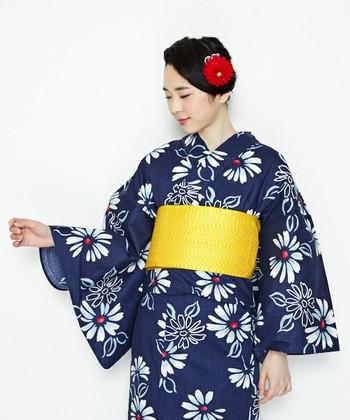 定番の紺色浴衣も、帯やコサージュに明るいカラーを合わせればスタイリッシュに。浴衣はベーシックな古典柄を選んで、小物のアレンジで着回しに差をつければ、飽きることなく浴衣スタイルを楽しめます。