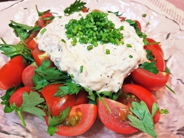 ツナマヨソースがたっぷりのったトマトとパセリのサラダ。イタリアンパセリの葉っぱをトマトと一緒に盛り付け、茎の部分は細かく刻んでトッピングに。パセリをたっぷり堪能できるサラダです。