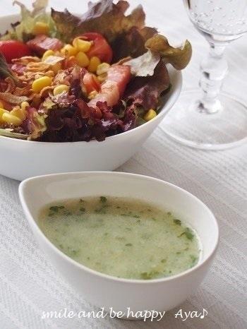 イタリアンパセリと新玉ねぎを使ったドレッシングのレシピです。イタリアンパセリの香りを邪魔しないように、グレープシードオイルを使うのがポイントです。