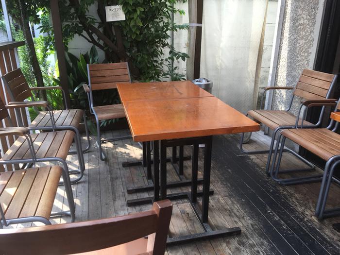 1階にはテラス席も。お天気の良い日には、アウトドア気分でワイワイ楽しむのもいいですね。