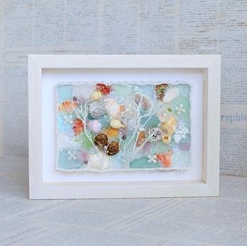 厚紙にシーグラスや貝殻を貼り付けるだけで、こんな素敵なアッサンブラージュ(立体作品)に♪