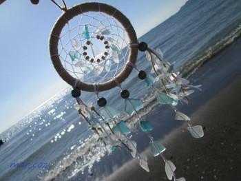 ドリームキャッチャーにシーグラスを付けるアイデア。きらきらと光を取り込み、お部屋を美しく彩ってくれます。