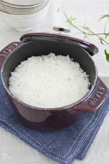 STAUBにも、美味しいご飯が炊けるお鍋がありますよ。その名も「La Cocotte de GOHAN(ラ・ココット de GOHAN)」。 炊き方は、土鍋よりも簡単といわれています。お米を30分ほど浸したあと、蓋をせずに中強火にかけ沸騰させます。沸騰したら極弱火に切りかえ、蓋をして10分。最後は火を止めて蒸らしたら完成です。
