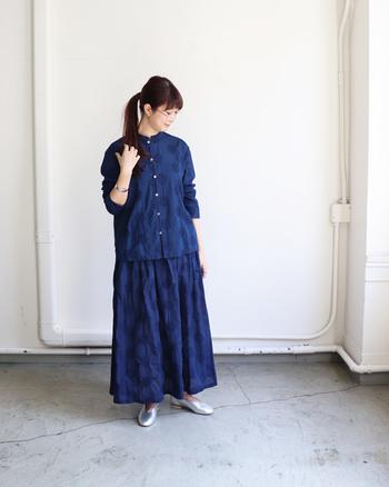 繊細な刺繍が浮かぶ藍色のセットアップには、シルバーのシューズで都会的な輝きをプラス。澄んだ透明感があるので、暗めのトーンでも重苦しい印象にはなりません♪