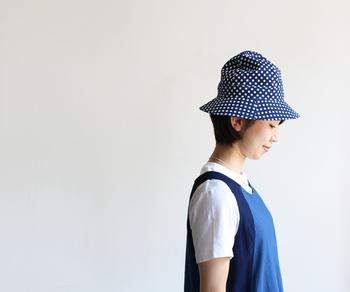 藍色の帽子を被れば、目元がシュッと涼しげなイメージに。ブラックやグレーより、きっと見る人の目にも爽やかに映るはず♪