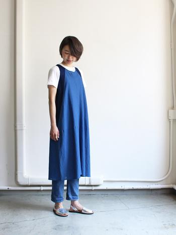 藍色のワンピースに、さらに藍色のパンツを忍ばせて。それぞれ微妙に濃さが違うので、のっぺり感のない立体的なワントーンになっています。