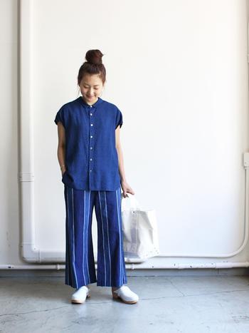 太めのストライプが、モダンかつ爽やかな雰囲気を演出。パンツのデザイン性が立つように、他のアイテムはとことんシンプルにまとめるのが◎。