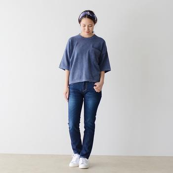 藍色のTシャツがあれば、いつものデニムルックもこなれ感たっぷりに変身。パンツは少しタイトめを選び、ラフなTシャツスタイルに女性らしさを宿します。