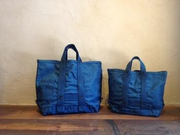 デイリーに欠かせない大きなトートバッグ。たまには藍色をチョイスして、爽快なカジュアルルックに仕上げてみては?