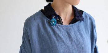 さらに首元を藍色のグラデーションで彩れば、顔まわりがおしゃれにクラスアップ。締め色のシャツや鮮やかなブローチを投入して、コーディネートにスタイリッシュな奥行きを出しましょう!
