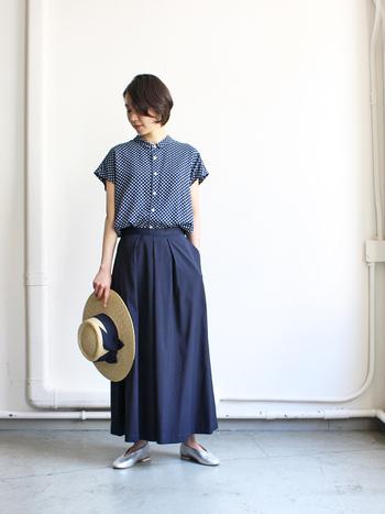 スカート見えするボリューミーなはかまパンツ。ほんのり白っぽい藍色なので、夏らしい軽やかさは十分です。小さなドット柄のシャツを合わせ、初夏の太陽が似合う可憐な着こなしに♪