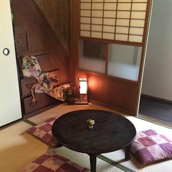 """""""感じる、関わる、観る、寛ぐ、歓ぶ""""という5つの「カン」を、店名の頭文字「環」に掛け、奈良での旅の思い出が素晴らしいものになるように…という願いが込められているそう。100年を超える町家をリノベーションした店内は、畳の間やちゃぶ台があるレトロな空間で、時間がゆっくりと流れていくのを感じます。"""