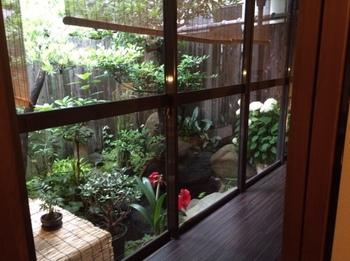 縁側から見えるお庭もお手入れが行き届いていて、オーナーのおもてなしの心が伝わってきます。ホッとする落ち着いた雰囲気は、まるで田舎のおばあちゃんのおうちにいるよう。四季折々の移ろいを感じてみませんか?