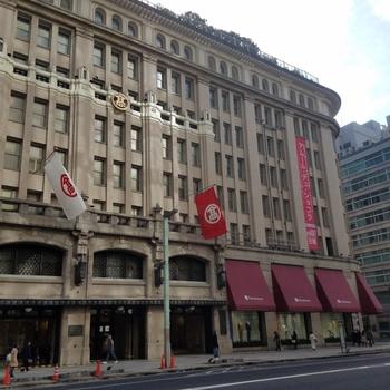 東京の日本橋にそびえ立つ歴史ある建物と言えば、「日本橋高島屋」です。創業は江戸時代末期で、現在の建物は昭和8年に建てられ、当時では珍しい全館冷暖房完備の百貨店として注目を集めました。平成21年には、国の重要文化財に指定されました。