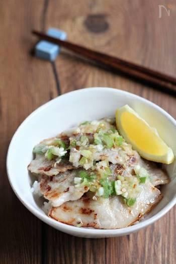 ねぎ塩だれを作り置きしておけば、おいしいに決まってるねぎ塩豚丼がいつでも家で食べられます。お肉を焼くだけなら忙しい日の夕飯にも。