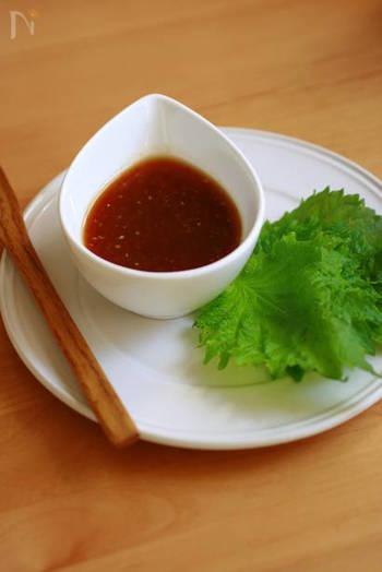 練り梅としょうゆのさっぱり和風だれ。天ぷらやフライのたれにも。蒸した野菜にかければ、食欲のないときにも食べられそうですね。