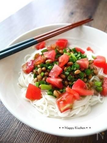にらだれと納豆、刻んだトマトをかけたそうめん。にらダレを作っておけばあっという間にできちゃいます。夏のランチにぴったりですね。