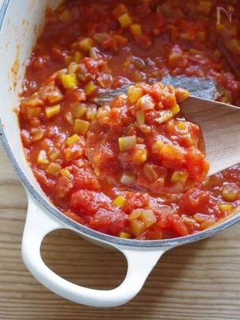 冷蔵庫の余り野菜が気になったら、トマト缶と一緒に炒めてトマトソースにしちゃいましょう。ひき肉と合わせればミートソースにも。冷凍保存しておくと、いざというときに助かりそうです。