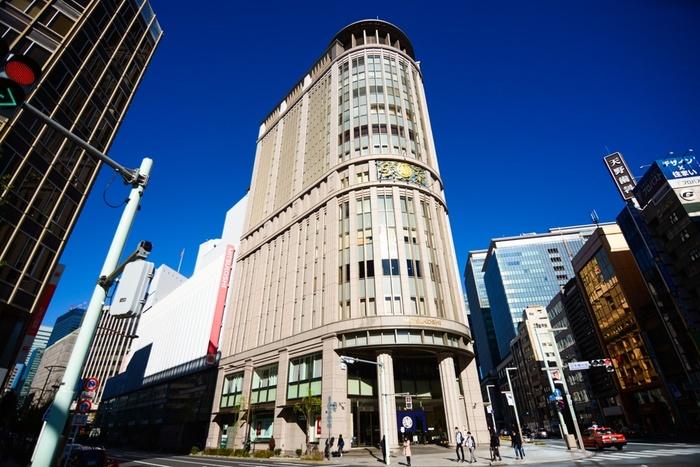 日本橋三越本店は、昭和10年に創建されました。創建当初は、国会議事堂や丸ビルに次ぐ大建築物として世の注目を集めたと言われています。平成28年には本館が国の重要文化財に指定され、日本でも数少ない歴史ある百貨店の1つです。