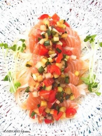 サルサソースは、実はお刺身とも合うんです!シャキシャキした野菜の歯ごたえが楽しい一品。カラフルな見た目なのでおもてなし料理にもいいですね。