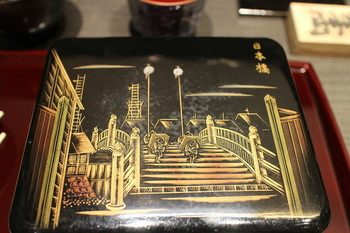 お重のフタにはこんな日本橋の浮世絵が描かれていますよ!粋な計らいに、うなぎを食べる前から嬉しくなりますね。