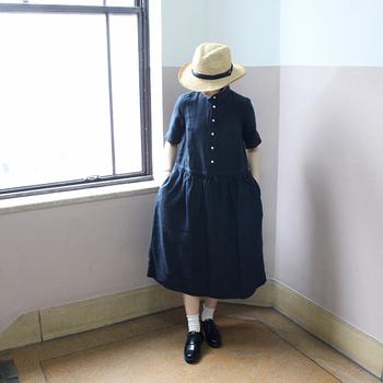 ガーリーなフォルムながら、リネン特有の光沢感で大人感を添えたワンピース。帽子や革靴を合わせれば、フレンチ風のスタイルを演出する事もできます。