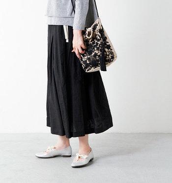 短か過ぎない丈感とゆったりシルエットが魅力のスカート。カジュアルなスニーカーやフラットなサンダルともよく合います。ウェスト部分にはサイズ調整可能な紐が付いているので、締め付けないのがうれしいポイント。