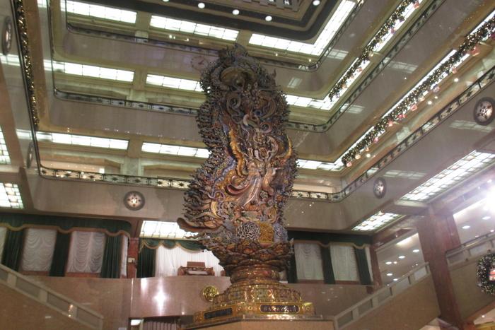 こちらは本館1階の中央ホールに飾られている「天女(まごころ)像」です。吹き抜けの4階にまで届く大きさに圧倒されます。お客様への真心を表現している三越のシンボル的な存在です。