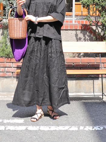 ボリューム感のあるシルエットのロングスカート。ウェスト部分はバックのみゴム使用なので、トップスをインしたコーディネートでも、美しいフロントラインを見せることができます。