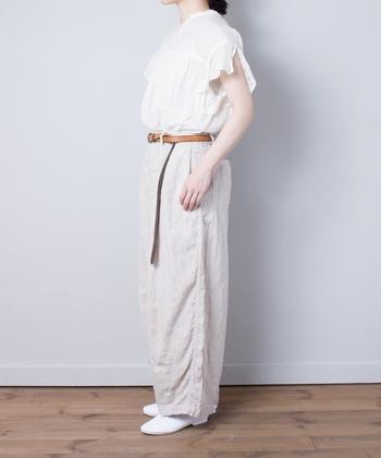 こちらは、ゆったりとしたワイドシルエットのパンツ。バランスよくデザインされている為、腰周りはすっきりとしてトップスとも合わせやすくなっています。足元にスニーカーやサンダルを合わせて裾をロールアップしてもかわいいですよ。