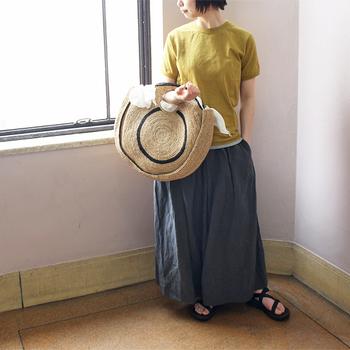 こちらは一見、スカートのようにも見えますが、実はワイドデザインのハカマパンツです。前後に大き目のボックスタックを施しているので、立体感とメリハリのあるシルエットになっています。
