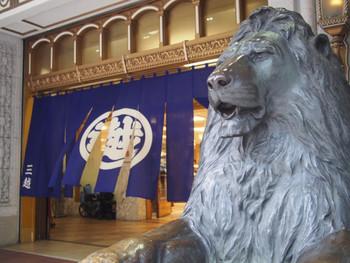 日本橋三越と言えば、本館の正面玄関に鎮座する「ライオン像」です。待ち合わせ場所としても活躍している三越の守護神的な存在です。