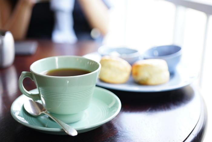 イギリスらしい紅茶とスコーンの組み合わせ。淡いカラーのティーカップも上品ですね。奈良には紅茶専門店が少ないので、紅茶ファンの方が注目しているお店でもあるんですよ。