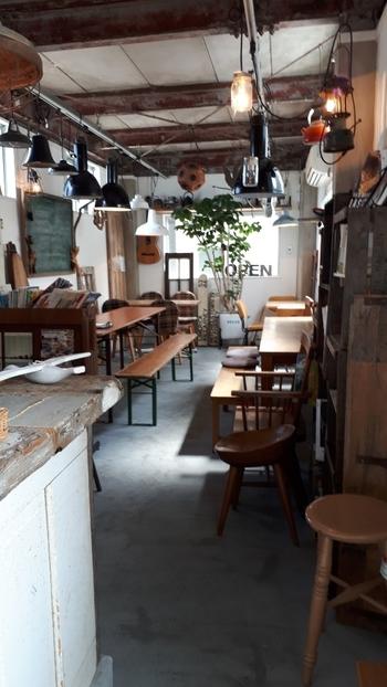 購入したパンは、お店の2階のカフェスペースでいただくこともできます。アンティーク調の家具がセンス良くレイアウトされていて、散策途中のひと休みにもぴったりです。