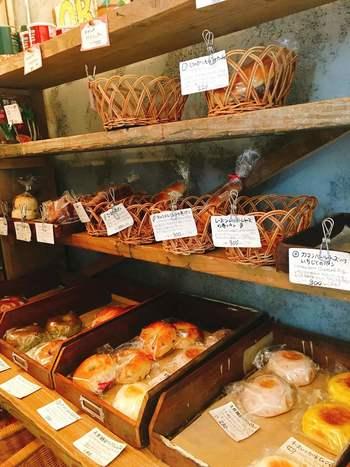 """""""絵を描くように、ごはんを作るように食べたい味""""を目指しているというオーナーの森田さん。毎日食べても飽きない味、くせになる味、表情のあるパンを日々焼いています。店内には、イギリスパンやパン・ド・カンパーニュなどの定番のほか、旬の食材を活かしたオリジナルメニューもたくさん。"""