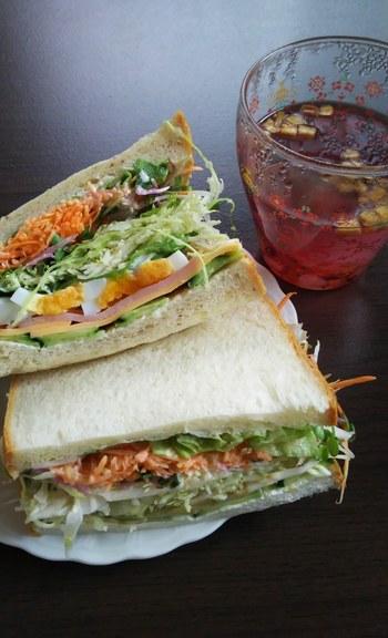 あふれそうなほど野菜がたっぷりのサンドイッチは絶品。わざわざこれを目当てに遠方から訪れるファンもいるほど。野菜が大好きなオーナーが考案したメニューは、どれも食べてみたくなるものばかり。事前に予約すれば、動物性食品を使用しないVEGANサンドイッチにも対応してもらえるそうですよ。