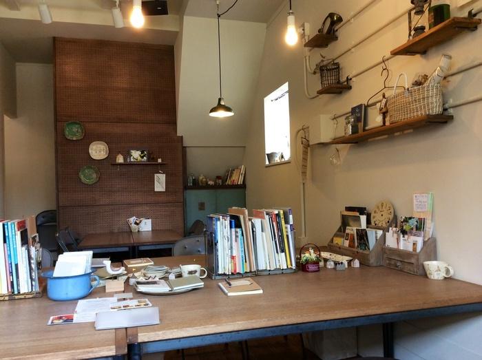 お店の中央にある大きなテーブルには、雑誌や小物がセンスよくディスプレイされています。ナチュラルな中にちょっぴりレトロ感のある居心地よい空間。他にも、窓際の丸テーブルや可愛らしい椅子の配置されたカウンターなど、ひとりでもふらりと立ち寄れる雰囲気です。