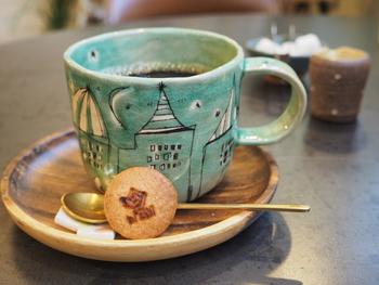ギャラリーも兼ねている店内では、作家さんの一点もののカップなども。ほっこりと和むデザインで、包み込むような温もりがあります。