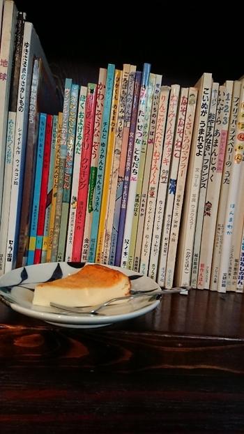 国内外の絵本を中心に、文芸や詩集、写真集、図録などが揃う小さなセレクト書店でもあります。販売されている本の他に、お店の中で読めるものもたくさん。子どもの頃に大好きだった絵本を読み返してみるのも良いですね。ひっそりとした佇まいのお店で過ごす静かな時間を楽しんでみませんか?