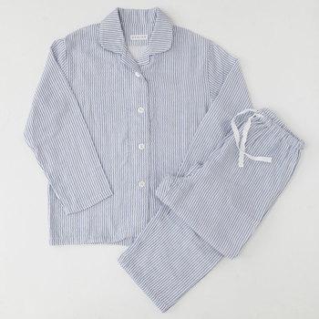 爽やかなストライプのパジャマは3層に織り上げられたマシュマロガーゼ。驚くほど柔らかく、軽い質感です。吸水性や吸湿性に優れ、日本アトピー協会から推薦されているほど肌に優しい作り。