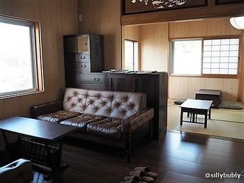 2階のカフェスペースからは、元興寺塔跡庭園を見渡せてゆっくりとくつろげます。